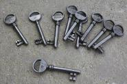 Zwölf alte nummerierte Zimmertürschlüssel