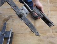 Alte Winkelbänder für rechts angeschlagene Tür, 115 cm lang
