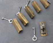 Kleine Möbelschlösschen mit Schlüssel für links angeschlagene Türen