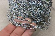 Alte Glasperlen auf Draht aufgezogen