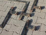Schwere Winkelbänder für ein zweiflügeliges Tor, 129 cm lang