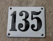Historische Hausnummer 135 aus weißer Emaille, gewölbt, 12 x 10 cm