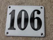 Alte Hausnummer 106, weiße Emaille, gewölbt, 12 x 10 cm