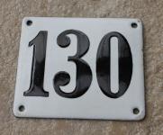 Historische Hausnummer 130, weiße Emaille, gewölbt, 12 x 10 cm