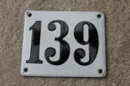 Historische Emaille-Hausnummer 139 in Weiß, gewölbt, 12 x 10 cm