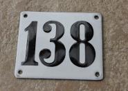 Historische Hausnummer 138, weiße Emaille, gewölbt, 12 x 10 cm
