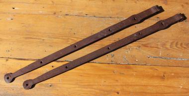 Paar starke, lange geschmiedete Türbänder,  102cm
