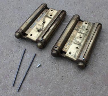 Alte Pendeltürbänder aus Messing