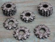Alte Zierrosetten in Blütenform