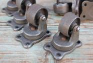 Schwere alte Eisenrollen aus Industrie-Lagerauflösung