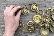 Alte Schubladen-Ziehringe aus Messing,  Dm.4,1 cm