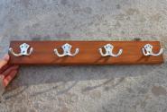 Holzleiste mit formschönen Haken aus Aluminium, 52cm