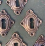 Schlüsselrosetten aus patiniertem Messing, neu hergestellt