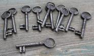 Elf alte nummerierte Zimmertürschlüssel
