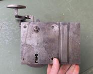 Kleiner emaillierter Blechschirm mit Porzellanfassung