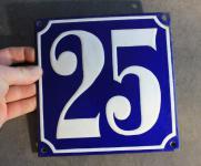 Alte Emaille-Hausnummer, gewölbt, 18 cm x 18 cm