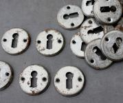 Einfache, aber originale Schlüsselrosetten um 1930