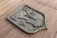 Großes, neogotisches Schlüsselschild