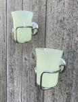 Zwei alte Zahnputzbecher aus Glas