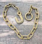 Alte, rostige Eisenkette mit Haken und Ring, 107cm