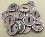 Einfache Schlüsselrosetten aus Blech, Dm.46,4 mm