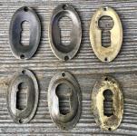 Paar einfache Schlüsselrosetten des Jugendstil aus Messing