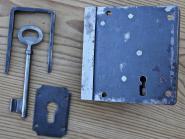 Altes Riegelschloss mit Schlüssel, Schließkloben und Schild