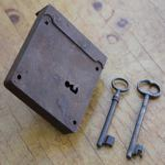 Kleines altes Riegelkastenschloss mit  2 Schlüsseln, um 1900