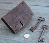 Frühes Riegelschloss mit 2 Schlüsseln, um 1800