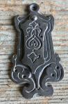 Gusseiserne Schlüsselrosette mit Jugendstil-Ornamenten