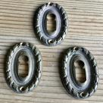 Paar ovale Schlüsselrosetten aus Messingguß