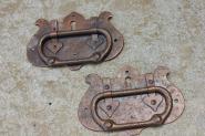 Paar Jugendstil-Ziehringe auf Schlüsselschild