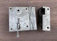 Biedermeier-Kastenschloss ohne Drücker, links