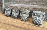 Vier alte Ofenfüße