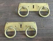 Zwei Schlüsselschilder mit Doppelziehgriff