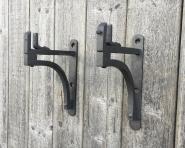 1 Paar alte Eisenkonsolen aus einer Metzgerei