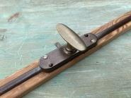Basculegetriebe mit Stangen u. Führungen auf orig. Holzfries