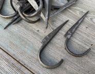 Alte Eisenkrampen, Halter für Rohre, Haken, Rohrschellen