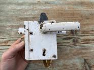 Einfaches Kastenschloss, rechts, mit Schlüssel u. Schild
