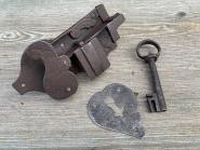 Offenes barockes Schrankschloss, ziseliert, mit Schlüssel. Schild
