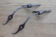 Paar Schranktürbänder aus dem 18 Jht., Schwanenhälse