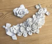 Grabstein-Girlande und Rose aus Keramik