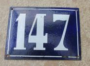 Alte Emaille-Hausnummer 147, in Kobaltblau, gewölbt, 20 x 15 cm