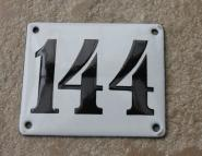 Alte Emaille-Hausnummer 144 in Weiß, gewölbt, 12 x 10 cm