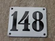 Alte Emaille-Hausnummer 148 in Weiß, gewölbt, 12 x 10 cm