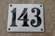 Alte Emaille-Hausnummer 143 in Weiß, gewölbt, 12 x 10 cm