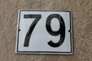 Alte Emaille-Hausnummer 79 in Weiß, gewölbt, 12 x 10 cm
