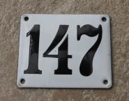 Historische Hausnummer 147 aus weißer Emaille, gewölbt, 12 x 10 cm