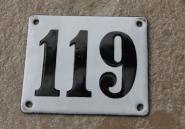Historische Emaille-Hausnummer 119 in Weiß, gewölbt, 12 x 10 cm