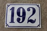 Historische Emaille-Hausnummer 192 in Weiß, gewölbt, 14 x 10 cm